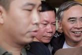 Bị cáo Trương Quý Dương nhờ người dìu khỏi tòa vụ chạy thận Hòa Bình