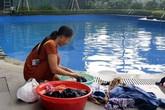 """Cư dân mang quần áo giặt giũ, múc nước bể bơi để dùng trong """"cơn khát"""" ở Hà Nội"""