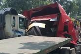 TP.HCM: Cuộn thép hàng chục tấn bị đứt xích lăn đè bẹp dúm xe đầu kéo, 2 người thương vong