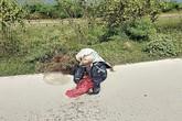 Sự thật về chiếc bao tải bọc quần áo, bốc mùi hôi thối vứt trên bờ đê