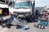 Ôtô tải tông 7 xe máy dừng đèn đỏ, 11 người bị thương