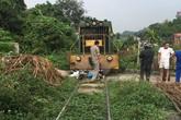 Xe máy chở 3 người bị tàu hỏa tông trúng, cháu bé 3 tuổi chui từ gầm tàu hỏa thoát chết thần kỳ