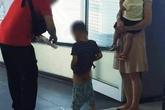 Xôn xao hình ảnh vợ chồng trẻ thản nhiên cho con đi tiểu ngay giữa lối đi tại sân bay