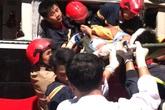 Thanh Hóa: 20 cảnh sát cứu hỏa giải cứu 3 nạn nhân mắc kẹt trong xe sau vụ tai nạn kinh hoàng