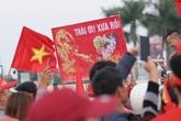 """CĐV Việt Nam nhảy múa, giơ cao tấm biển """"Thái ơi! Xưa rồi"""""""
