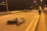 Trên đường về nhà, người đàn ông tông vào thềm cầu tử vong