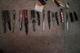 Xử lý vi phạm giao thông, phát hiện cụ ông giấu 13 con dao trong cốp xe