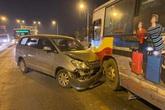 Toyota Inova nát đầu sau va chạm với xe buýt trên cầu Chương Dương