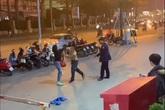 Hà Nội: Phẫn nộ nam nhân viên bảo vệ vừa đấm vào mặt vừa chửi người phụ nữ chỉ vì việc để xe
