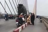 Buồn chuyện gia đình, người đàn ông định nhảy cầu Bãi Cháy tự tử