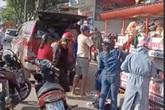 """Sự thật """"đại gia"""" tranh quần áo từ thiện với dân nghèo ở Đà Nẵng"""