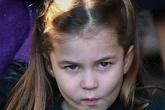 Vẻ đáng yêu tinh nghịch của Công chúa Charlotte khi lần đầu đón Noel tại nhà thờ