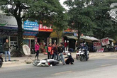"""Hà Nội: Truy đuổi chiếc xe """"hung thần"""" đổ dầu mỡ ra đường khiến hàng loạt phụ nữ trượt ngã kinh hoàng"""