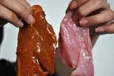Quét dung dịch màu đỏ 'biến' thịt heo thành thịt bò