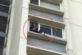 """Ở nhà một mình, bé gái trèo ra ban công tầng 6 chung cư, gào khóc gọi """"mẹ ơi"""""""