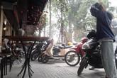 Quận Hai Bà Trưng - Hà Nội: Quán cà phê chiếm trọn vỉa hè, người dân phải xuống lòng đường đi bộ