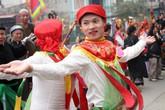 """Hà Nội: Mỹ nam giả gái môi đỏ má hồng lả lướt múa điệu """"con đĩ đánh bồng"""" trong hội làng Triều Khúc"""