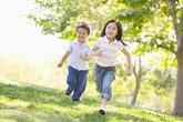 Trẻ em ra nhiều mồ hôi khi vận động, vì sao?
