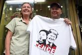 Hà Nội: Khách ngoại quốc thích thú mua áo in hình Tổng thống Trump và Chủ tịch Kim