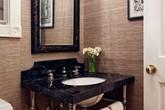 Bạn sẽ không phải thất vọng nếu sử dụng hình nền sinh động thay cho gạch men khi thiết kế nhà tắm