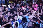 H'Hen Niê chật vật giữa vòng vây của khán giả Philippines