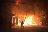 Hai thanh niên nhảy từ tầng hai xuống đất khi xưởng lốp ôtô bốc cháy