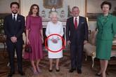 """Nữ hoàng Anh bất ngờ để lộ đôi bàn tay """"bất thường"""" gây xôn xao cộng đồng mạng, Công nương Kate hồi đáp chuyện mang thai"""