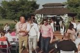 Cô dâu chú rể đang làm lễ, rể phụ bất ngờ lăn đùng ra xỉu, giành hết sự chú ý của quan khách, buộc đám cưới phải hủy ngang