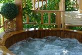 Ngôi nhà nhỏ bằng gỗ có bồn tắm tiện nghi đặt ở ban công khiến ai cũng ngỡ ngàng