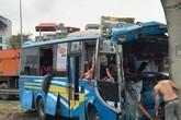 Mất lái, xe khách lao thẳng vào trụ cầu vượt khiến nhiều người bị thương