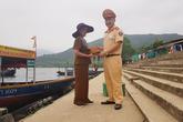 Một Đại úy CSGT ở Hà Tĩnh trao trả tài sản nhặt được cho người dân