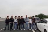 Đánh liều mạng sống, nhóm thanh niên dàn hàng ngang chụp ảnh trên cao tốc Hà Nội - Hải Phòng