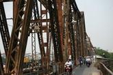 Hà Nội: Đi bộ trên đường ray cầu Long Biên, một người đàn ông bị tàu đâm rơi xuống sông Hồng
