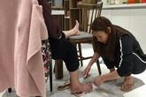 Hình ảnh Mỹ Tâm ngồi bệt, cắt móng chân cho mẹ: Dẫu là ngôi sao hàng đầu showbiz, về nhà vẫn là cô con gái nhỏ