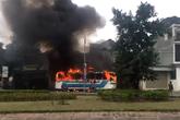 Xe ô tô chở công nhân bất ngờ bốc cháy dữ dội