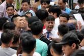 Cận cảnh hỗn loạn, tranh cướp phiếu để làm thủ tục xin visa Hàn Quốc