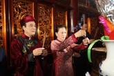 Chủ tịch Quốc hội Nguyễn Thị Kim Ngân cùng đoàn đại biểu dâng hương lên các vị Vua Hùng