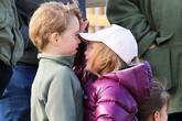 Hình ảnh đáng yêu: Hoàng tử George đọ chiều cao với chị họ