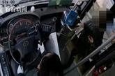 Nữ hành khách đề nghị xe buýt dừng chờ người không được liền cướp lái và đánh bị thương tài xế