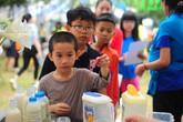 """Nghẹn ngào hình ảnh trẻ tự kỷ bán hàng ở """"Quán sống chậm"""" tại Hà Nội"""