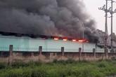 Nhà kho công ty dược ở Hà Nội bốc cháy dữ dội
