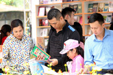 Người Hà Nội ùn ùn kéo đến CV Thống Nhất mua sách 5.000 đồng