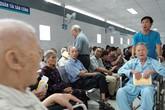 Nắng nóng kéo dài, bệnh viện ở Sài Gòn đông nghịt