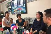 Mẹ Anh Vũ rơi nước mắt khi nhận tiền quyên góp từ NSND Hồng Vân