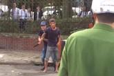 Hải Dương: Nam thanh niên nghi ngáo đá tự cầm dao cứa vào cổ
