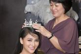 Phương Khánh được mẹ đeo vương miện trong sinh nhật