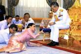 Lý do Hoàng hậu Thái Lan quỳ rạp trước chồng trong lễ sắc phong