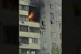 Cậu bé trèo khỏi căn hộ cháy rực, ngồi vắt vẻo trên cục nóng điều hòa cao 24m