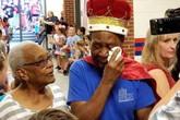 Bác lao công bật khóc vì được học sinh tôn vinh trong ngày nghỉ hưu