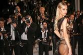 Người mẫu 19 tuổi lộ vòng một, khoe vòng ba ở LHP Cannes ngày cuối